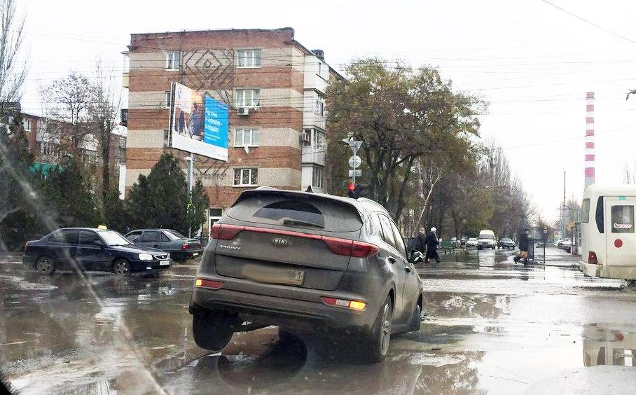 В Таганроге за один день в яму на П.Тольятти угодили две иномарки