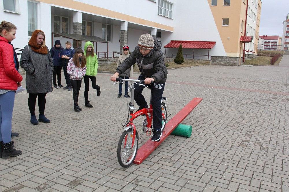 Занятия по обучению детей ПДД и фигурному вождению велосипеда