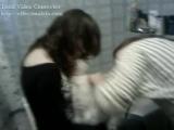 Две девушки в ванной бреют свою мохнатую киску!