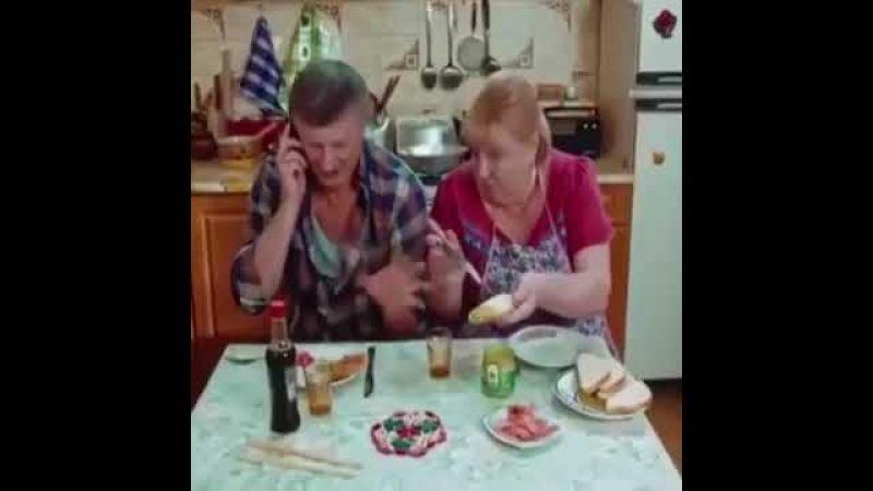 Родители первый раз кушают суши.