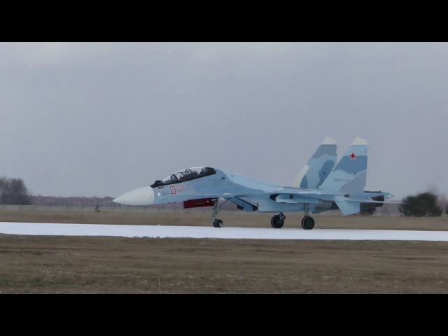 Видео посадки Су 30СМ б н 07 ВВС России на ВПП25 и руления на перрон аэродрома Толмачёво UNNT 2 ноября 2015 года