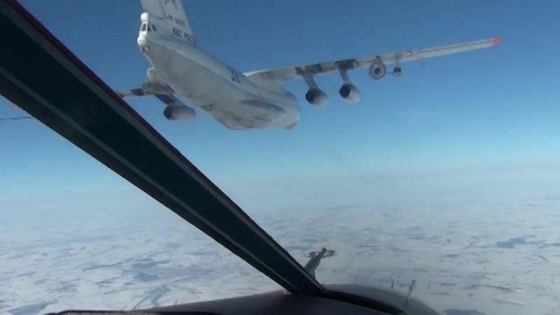 Учебная дозаправка в воздухе экипажей истребительной и бомбардировочной авиации.