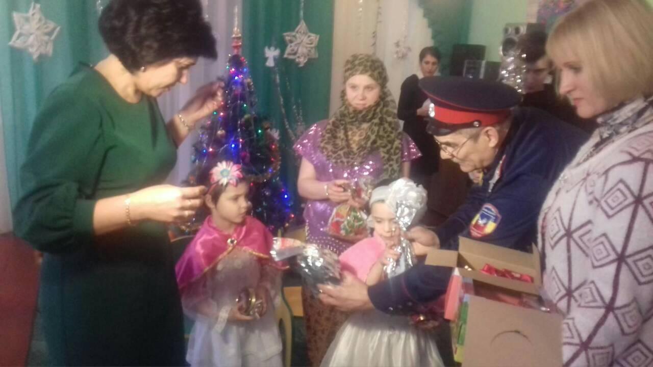 Казаки Ровеньков в канун Рождества оказали помощь сельскому храму и приюту