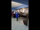 Мама поздравляет дочь на свадьбе