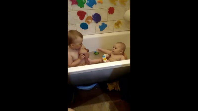 Маша и Лиза моются в ваннай