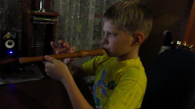 сын учится играть на флейте Джингл Белс песня