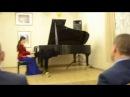 За роялем ученица ДШИ Красносельского района С ПБ