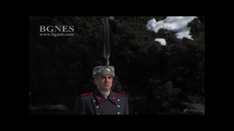 Издигнаха националното знаме на тържествена церемония пред Паметника на Незнайния воин