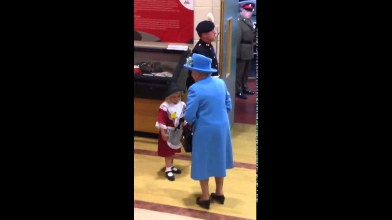 Британский солдат, девочка и королева
