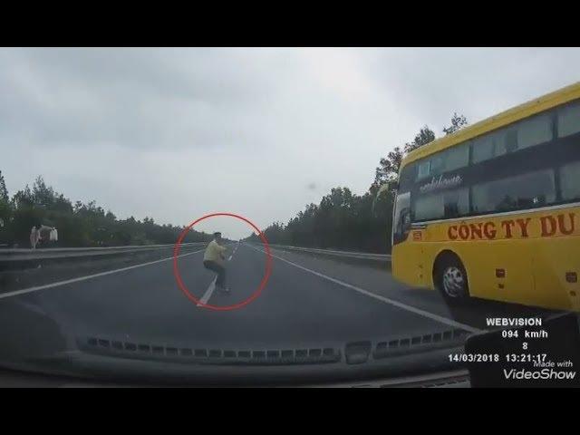 Liều lĩnh đi bộ ngang đường cao tốc, người đàn ông bị ô tô húc văng