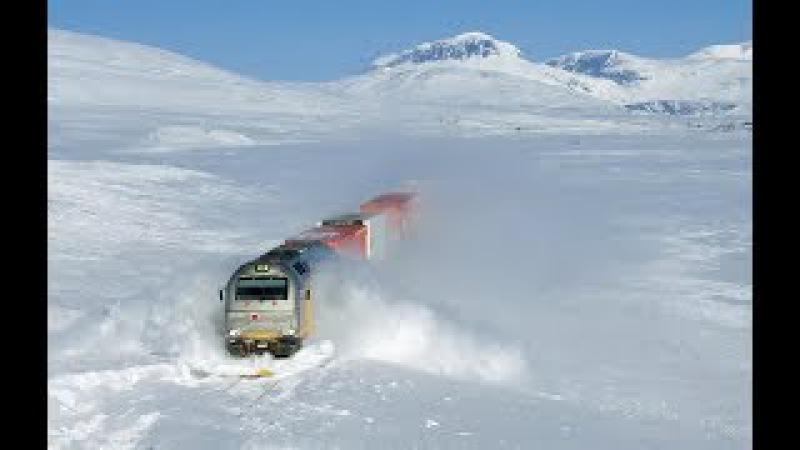 Поезда мощно пробивают снежные заносы