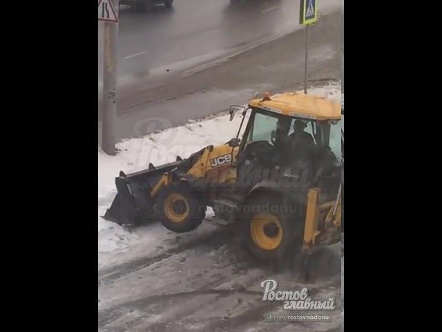 В Ростове вместо уборки снега трактор накатывает моточасы. 15.02.18г.