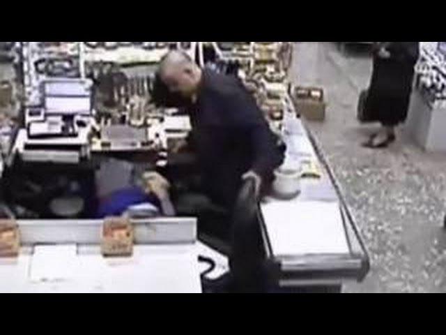 В Перми грабитель три часа издевался над кассиром на глазах очевидцев