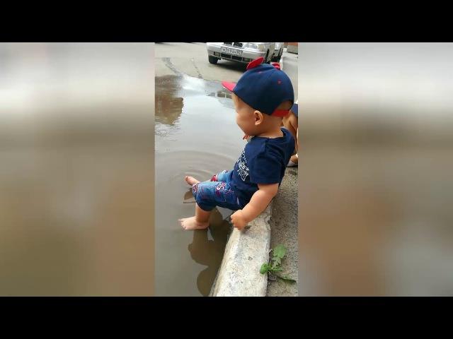 СОСЕДИ БЫЛИ В ШОКЕ! Арсенка купается в грязной луже. The child bathes in a dirty puddle, shock
