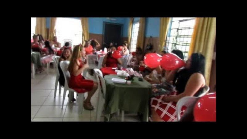 Mulheres enchendo balões 2017