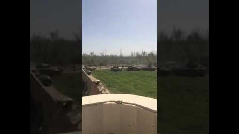 Подготовка боевых танков Сирийской Арабской армии к штурмовым операциям на оборонительных позициях джихадистов-повстанцев в городе Айн-Терма Восточный Гута