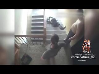 Муж застал жену за изменой и выбросил любовника на лестницу, а жена пытается вернуть его обратно / ору