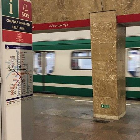 """Elegra on Instagram: """"Какие забавные зеленые поезда 🚂 в метро поехали... Хм 🤔может они давно поехали, это я тут так редко 😂 metrospb"""""""