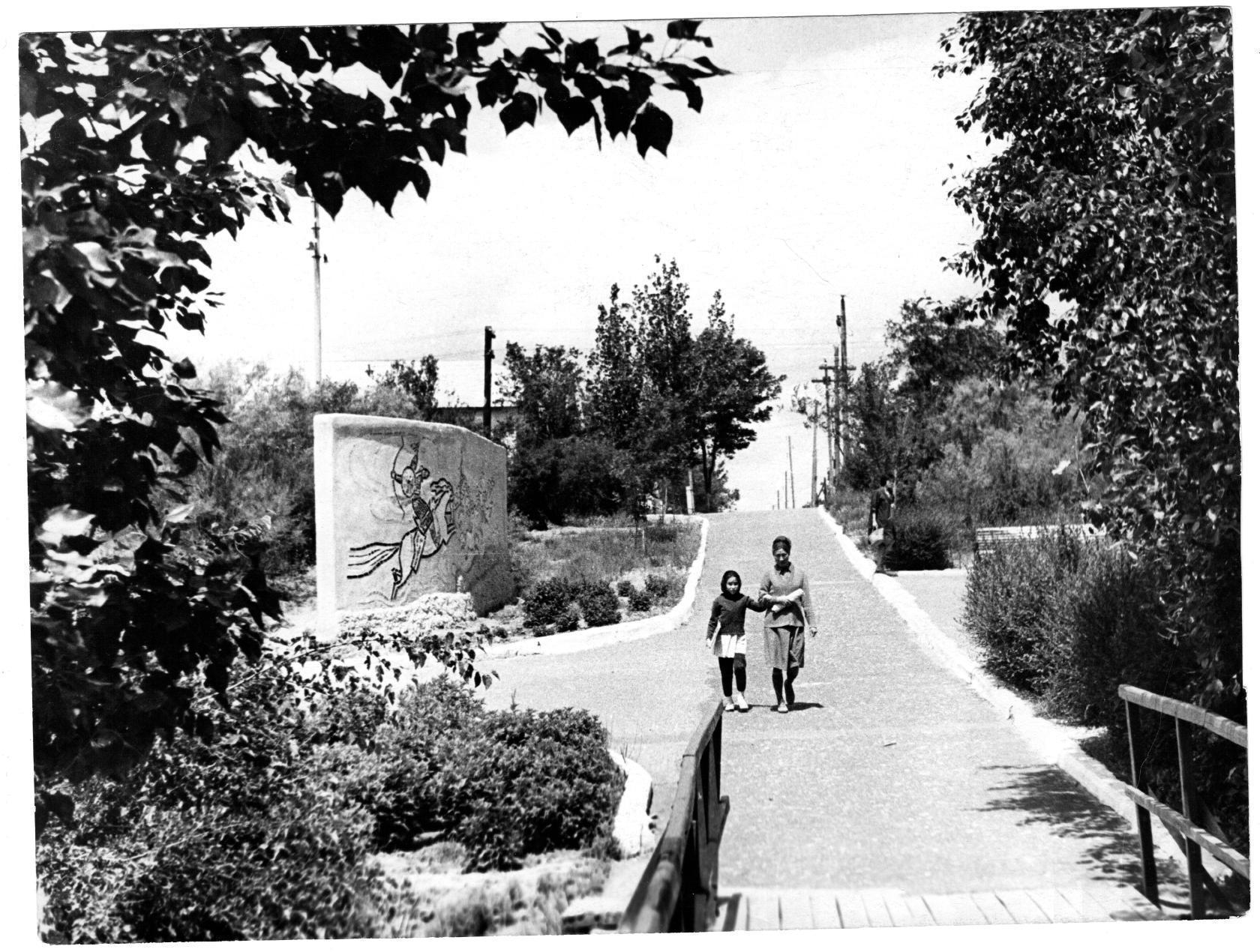 В парке Дружба. Панно Джангар (сейчас здесь памятник Ээлян Овла). 1967 год