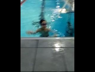 Дениска на тренировке в бассейне