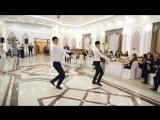 Полное видео танца во время выноса торта официантами ресторана