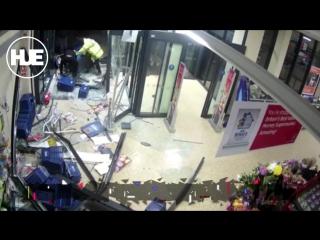 В Британии воры пытались ограбить магазин, заехав в него на машине