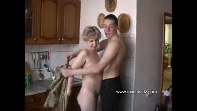 сын трахал свое маму на кухне