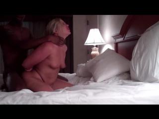 Блондинка жена стоит раком. пришёл негр, выебал, ушёл.