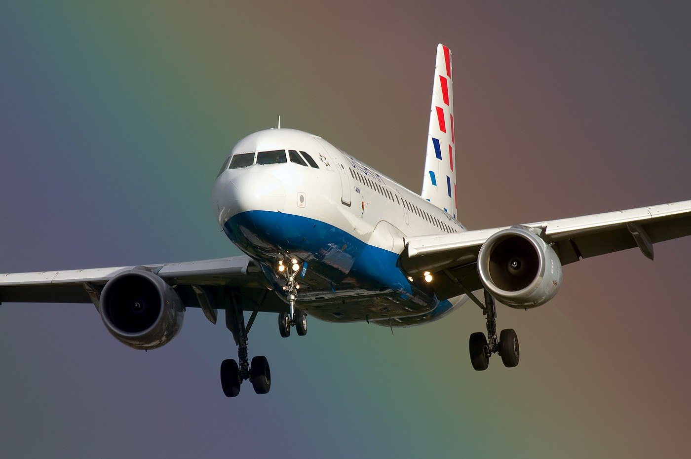 Airbus A319 компании на фоне радуги