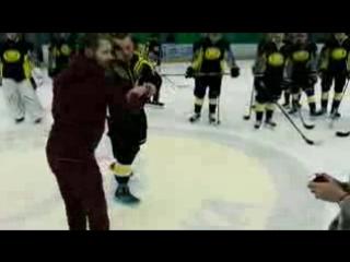 Нападающий 'Сарыарки' Станислав Альшевский после матча сделал предложение своей девушке.3gp