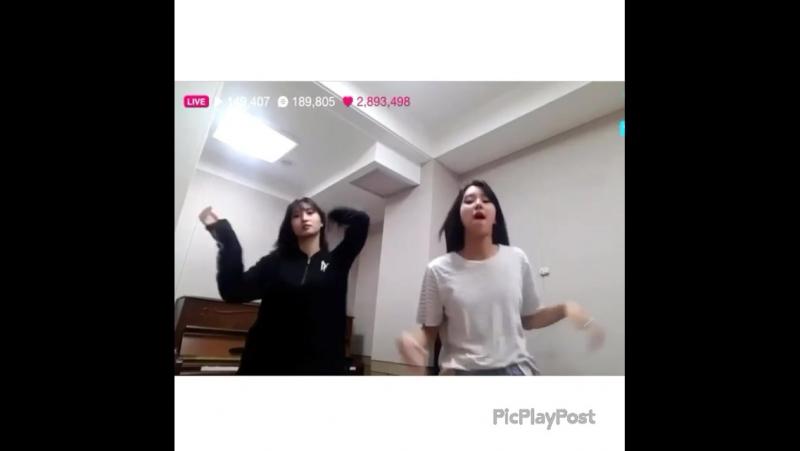 MoChaeng listening Go Go by Bts