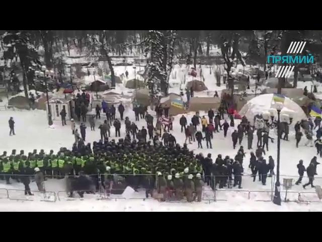 27 февраля 2018. Киев. Сутички під Верховною Радою 27 лютого 2018 року: шини та бруківка