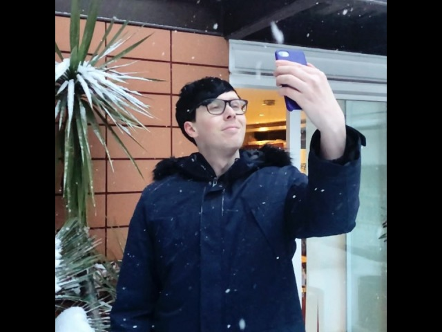 Daniel Howell в Instagram: « thought i'd help improve @AmazingPhil's selfie by adding more snow »