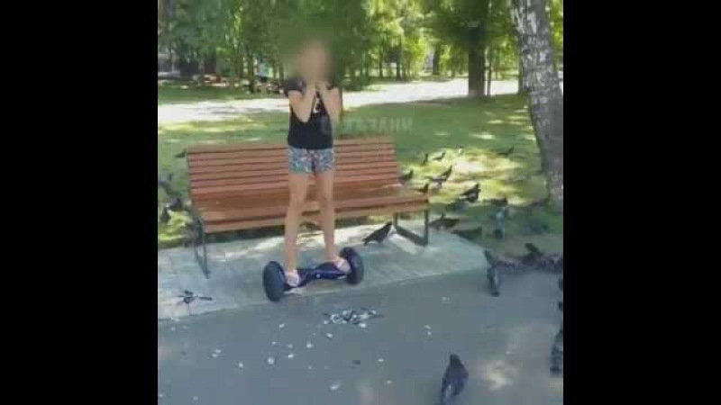 Девочка, давит голубей в парке Урицкого, Казань