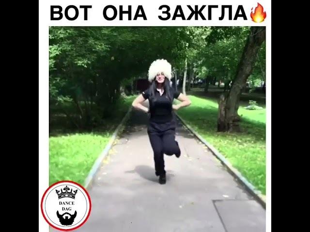 Девушка танцует под песню