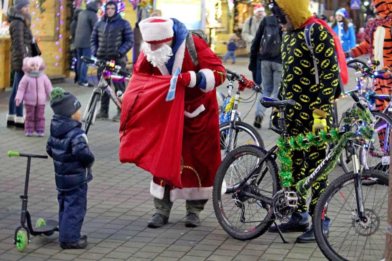 Нештатная ситуация в центре: дед и тигр с велосипедом