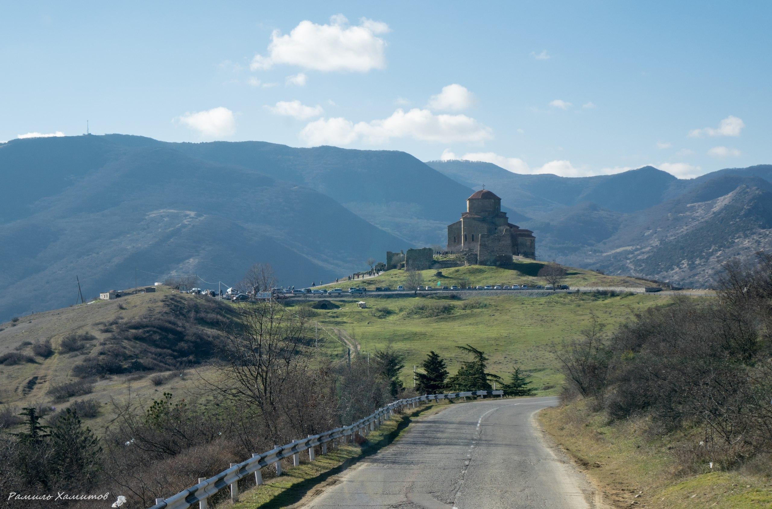 Джвари (монастырь) расположен на вершине горы у слияния Куры и Арагви близ Мцхеты — там, где согласно историческим источникам воздвигла крест святая равноапостольная Нина. Джвари — один из шедевров архитектуры по совершенству архитектурных форм.
