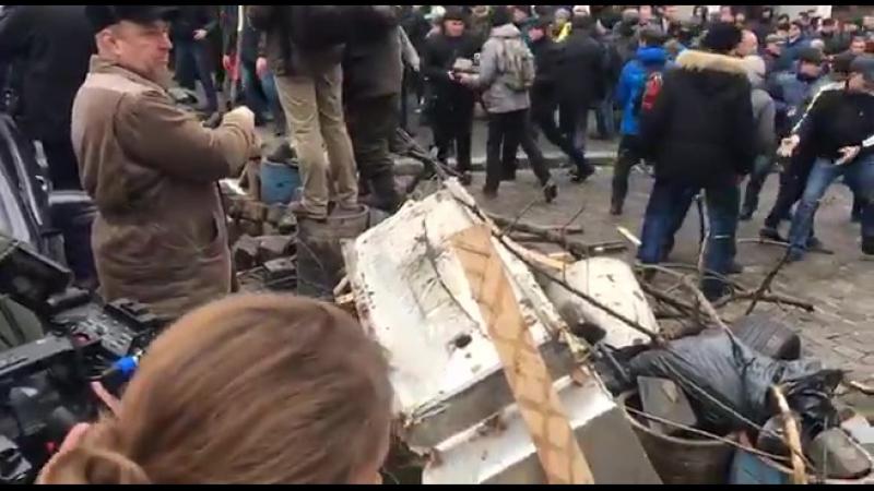 Сторонники Саакашвили возводят баррикады в центре Киева, в ход пошли деревья и брусчатка.