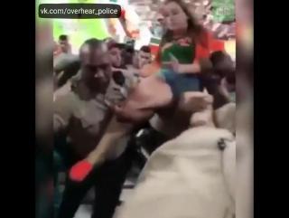 Буйная фанатка хотела словить камшот, а словила удар