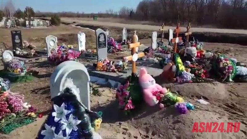 В Благовещенске цветы и игрушки со стихийного мемориала погибшим в Кемерове увезли на кладбище