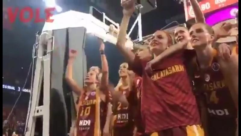 Kaptanımız Işıl Alben'in Taraftarımızla Beraber Maç Sonu Tezahüratı - @fotottarena