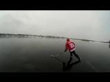 На коньках по зеркальному озеру.