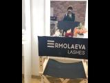 Нелли Ермолаева любуется собой в своём новом салоне красоты