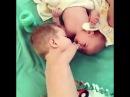 Малыш без рук дает пустышку ребенку до слез