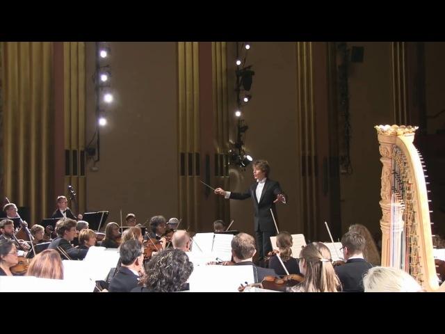 Зрительница вскрикнула от испуга, рассмешив зал, оркестр и дирижёра видео