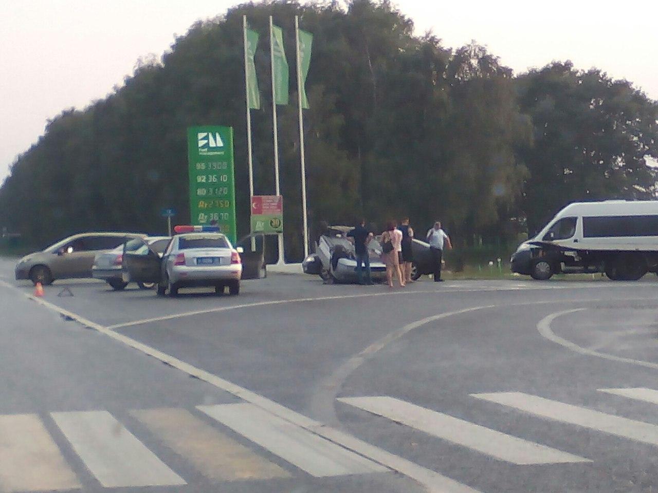Появились снимки с места ДТП под Брянском, где иномарка перевернулась на крышу