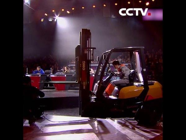 Китаянка продела стальной прут через гайку, управляя вилочным погрузчиком | CCTV Русский