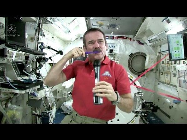 Zähneputzen und Schlafen im All mit Astronaut Chris Hadfield (deutsche Untertitel)