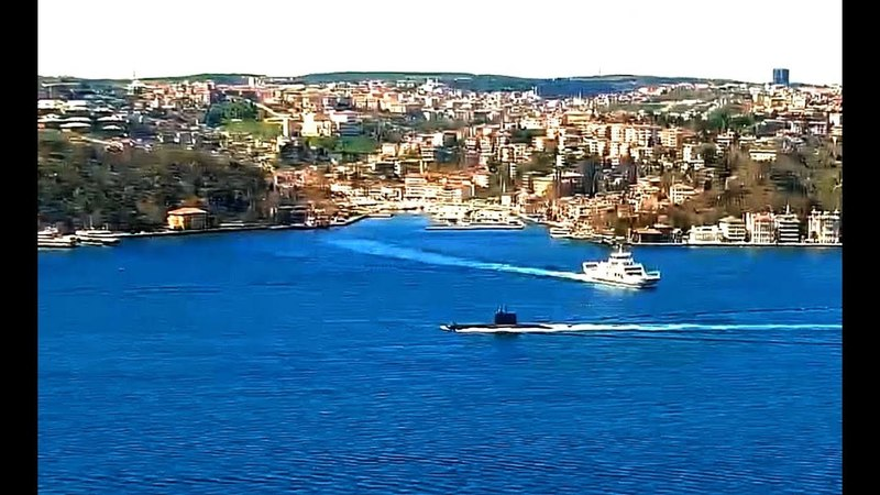 Turkish Navy Патрульный катер ВМС Турции P1200 эскортировал TCG субмарину проливом Босфор