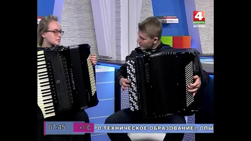Музыкальные гости Ранёхонько - Марина Федосенко и Павел Антошкин - виртуозно играют на аккордеоне и баяне. Ни один инструмент во